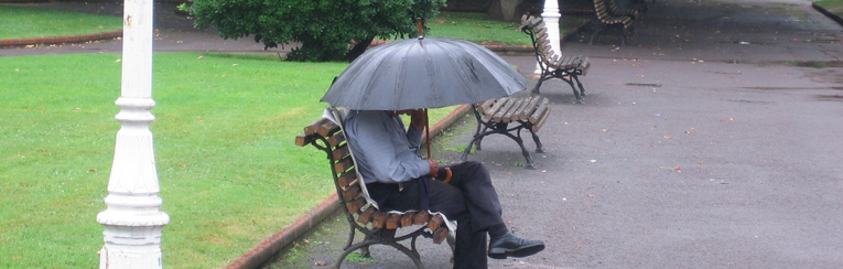 sentado mirando caer la lluevia alberto jose perez