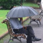 Sentado mirando caer la lluvia